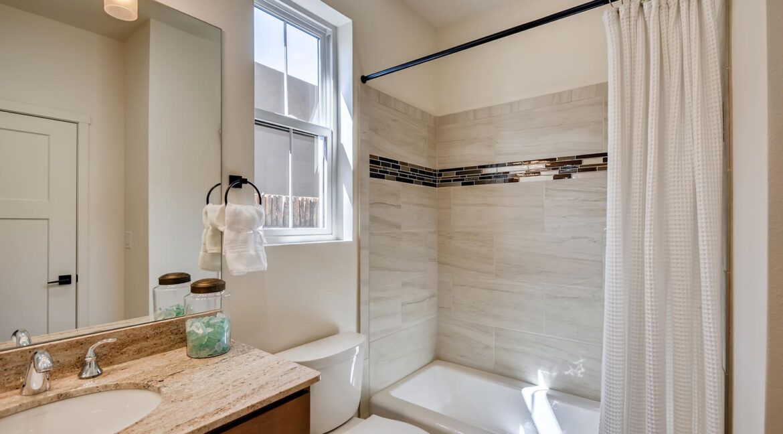 3150 Viale Tresana Santa Fe NM-large-018-012-Bathroom-1500x999-72dpi